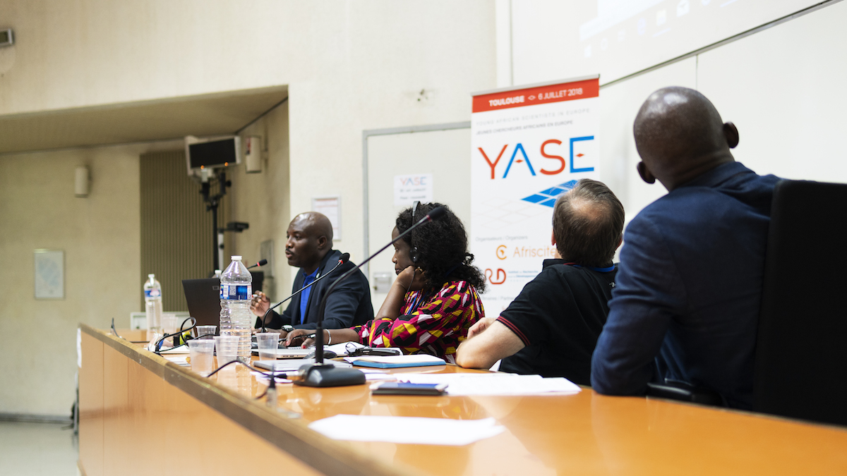 Alpha Kabinet Keita, Veronica Okello, François Piuzzi and Arouna Darga (from left to right) were the speaker of a session about how to do experimental science in Africa at the YASE meeting ©Raymond Gomez/Afriscitech